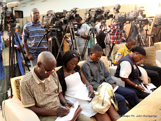 Des journalistes au sige de la Ceni le 6/12/2011  Kinshasa, lors de la publication des rsultats partiels de la prsidentielle de 2011 en RDC. Radio Okapi/ Ph. John Bompengo