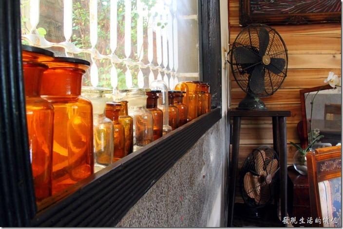 台南-鹿角枝老房子咖啡。一樓後半部的窗戶上百滿了各式的瓶瓶罐罐。