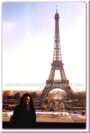 Foto com a torre Eiffel como fundo.