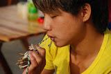 Shanghai - Marché poisson - Jeune homme au crabe