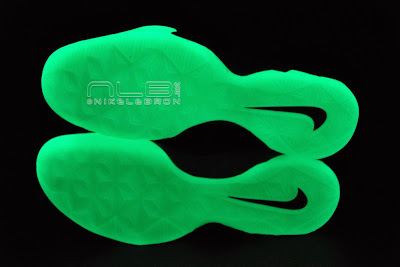 lebrons soldier7 power couple 46 web dark The Showcase: Nike Zoom Soldier VII Power Couple (GitD)
