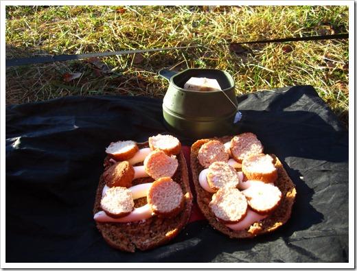 Te och mackor med ost och kycklingköttbullar.