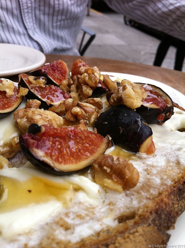 Toast with figs and walnut © Evelyn Howard 2011