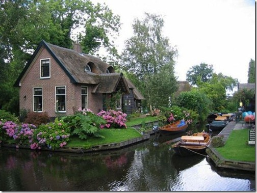 a_dutch_village_only_accessible_by_boat_640_01