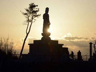 Estátua budista construída recentemente em homenagem às vítimas do tsunami no distrito de Sendai: os japoneses reclamam que a reconstrução não avança no ritmo desejado