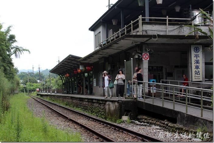 平溪線的大站當以「平溪」莫屬了,而且人潮眾多,不過平溪火車站真的是小得可以,而且只能單方向從側面出口,有別於一般的火車站。