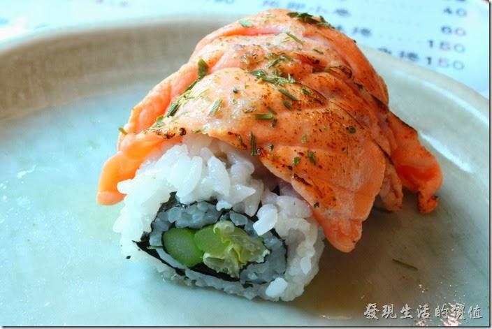 台南-築地壽司。法國奶油鮭魚卷,NT150(切成六個)。因為弟弟不敢吃生魚片,但是喜歡鮭魚,所以挑了這個給他,還好鮭魚有炙燒過,所以吃了兩個,感覺還不錯。