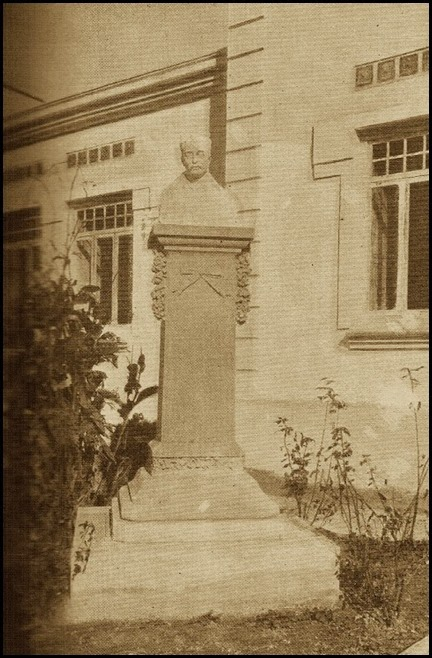 Doctor Oloriz, busto en las Escuelas de su nombre. 1913