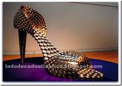 """Imagem de """"Cinderela"""" da série de sapatos gigantescos feitos com panelas e tampas, criados por Joana Vasconcelos"""