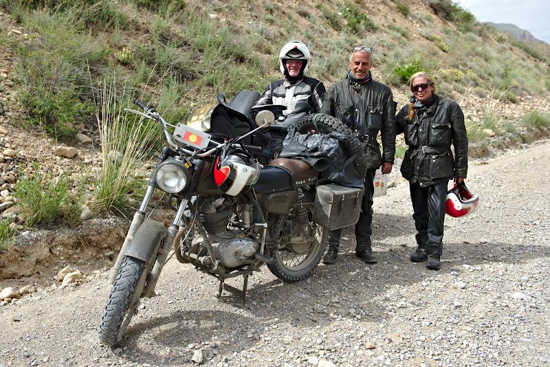 Cei mai interesanti motociclisti intalniti pana acum, veniti din Elvetia pe un motor de 40 de ani.