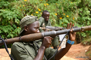 Militaires FARDC avec un lance roquettes, Sud Kivu, 2006.