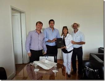 Los vecinos Maridel Cano y Abel Acevedo en el Ministerio de Defensa de la Nación al momento de recibir las copias del material
