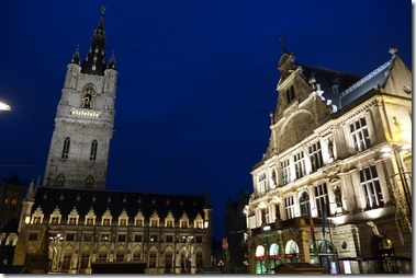 鐘楼(Belfort)と繊維会館 と劇場