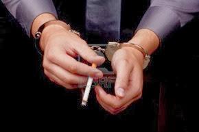 9009558-detenido-en-esposas-sosteniendo-un-cigarrillo-de-fumar