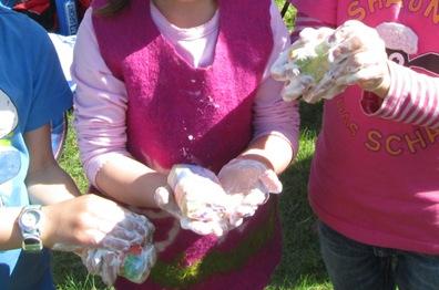 Kinderhände filzen Seifen ein