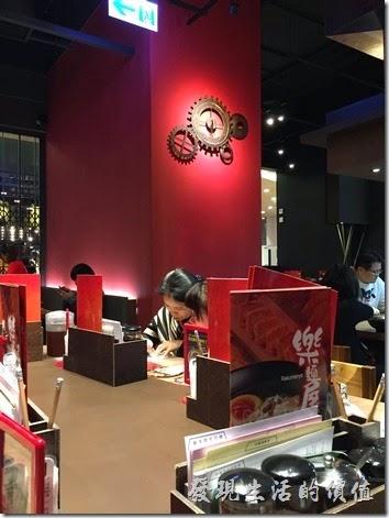 樂麵屋南港中信總部店的內部裝潢牆面以紅色系為主,牆上還有一個蠻別緻的齒輪時鐘。