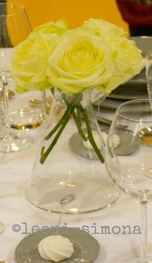 centrotavola-rose-gialle-in-brocca-vetro