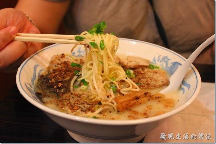 日本九州在地的好味道【熊本拉麵 こむらさき本店】。王樣拉麵,日幣620円,熊本拉麵的招牌拉麵,有叉燒肉、木耳絲、筍乾、蔥花,吃得到蒜頭味,但不至於讓人討厭,個人覺得非常好吃,超推薦的拉麵,而且豚骨湯頭適中不是很鹹,麵條滑順。
