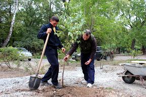 Жители ужгорода с лопатами защищают придомовую территорию от застройки 6.JPG