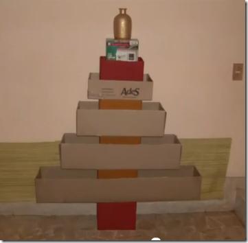 Rbol de navidad hecho con cajas de cart n recicladas for Arbol de navidad con cajas de carton