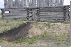 08-06 052 800X arkaim coupe transversal du fosse exterieur derriere habitat reconstitué