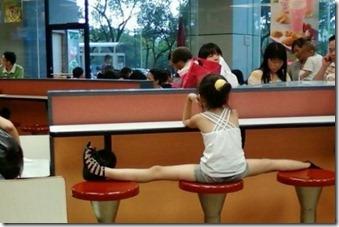 Wei! Gadis Selamba Mengangkang Dalam Restoran