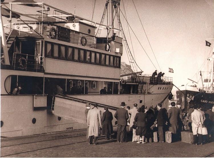 Foto remitida por el Sr. Jose Caldes Clar a Laureano garcia, webmaster de Trasmeships. El buque esta ya en la ultima fase de su vida. Por su proa otro veterano, el CABO HUERTAS.jpg