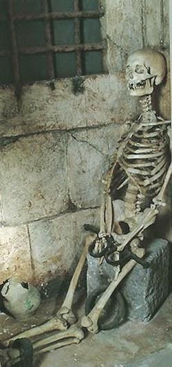 Scheletro donna sotterranei palazzo Poggio Catino con ceppi