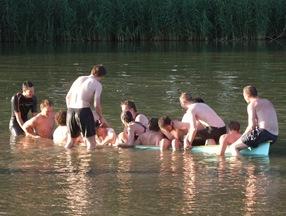 probando la capacidad de la canoa