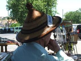 abuelillo vendiendo artesanía africana en Beziers