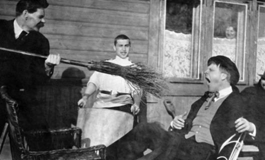 Максим-Горький-тычет-метлой-в-оперного-певца-Федора-Шаляпина-1905-год
