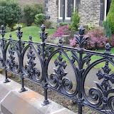 Bogato zdobiony płot żeliwny, wykonany w oparciu o XIX-wieczne projekty i techniki odlewnicze.