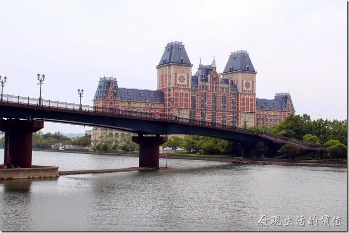 越過這座橋就可以來到「豪斯登堡」了,不過目前看到的建築物還不是豪斯登堡的建築,這是其外圍的【JR豪斯登堡大倉飯店】。