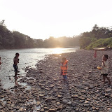写真1: Rh. Mawangの前を流れる清んだAnap川で、夕方遊ぶ子供たち / Photo1: Children playing in the clear water of Anap River running in front of Rh. Mawang