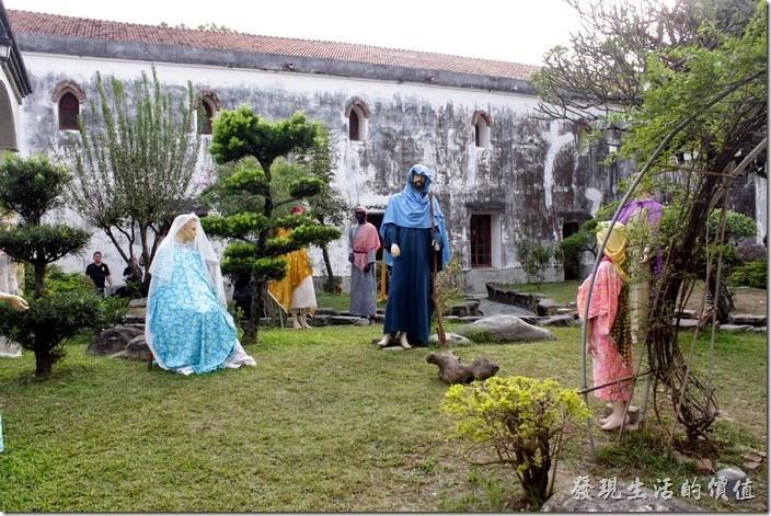 萬金教堂的圍牆內也有其他關於耶穌的場景,這應該是模型模特兒穿上不同的衣服而已吧。
