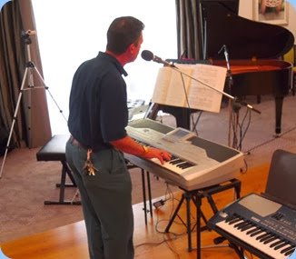 Peter Littlejohn playing his Pa1X with vocals