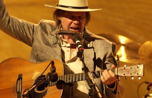 Neil Young, um dos ícones do Folk-rock. Achou o tratamento para as crises na busca pela estabilidade pessoal