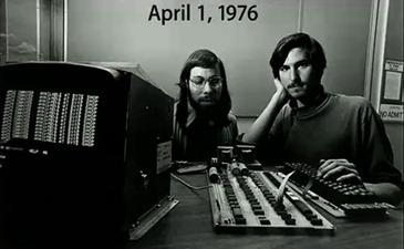Steve Jobs ao lado de Steve Wozniak, fundadores da Apple - Homenagem a Steve Jobs - morto por um cancer em 2011