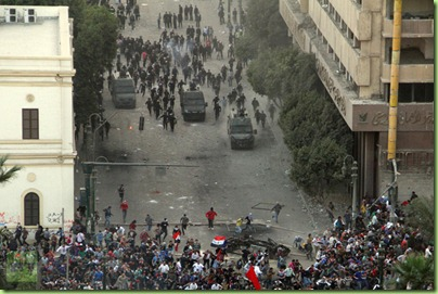 clash-protesters-demonstrating morsi powergrab