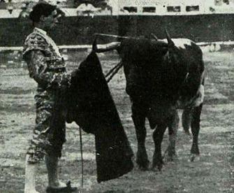 1913-07-27 Valencia Guadalest Arreglando la muleta en su segundo