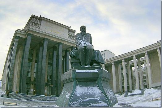 Biblioteca Nacional da Rússia e Monumento Dostoevsky