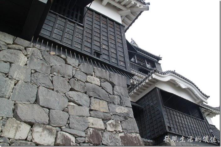 日本北九州-熊本城。這天守閣為了防禦,在城池的邊緣還加裝的倒刺,防止忍者或是敵人攀牆而入。注意事項:天守閣內有許多物品是禁止拍照的,請務必配合。