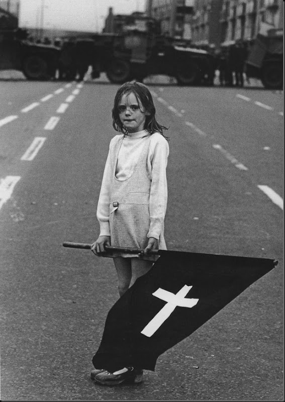 Ragazza in processione funebre cattolica dell'Irlanda del Nord. 1970
