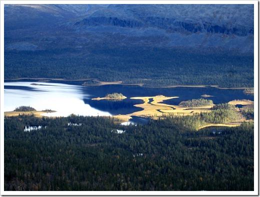 Tänk att få paddla där. Varför skall alla sådana här platser ligga så otillgängligt? Fast på kartan ser det ut som om det skulle kunna finnas en väg till den här sjön. Måste undersökas.