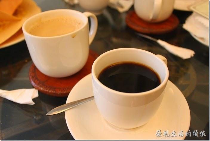 台南-伊莉的店和緯路分店。餐後飲料,黑咖啡及奶茶。這裡的咖啡屬於中度烘培,黑咖啡喝起來正好,不苦不澀,有咖啡味且順口。
