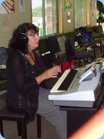 The lovely sounds of the Techics KN6500 breaking through to Eileen Grainger as she tries out this keyboard