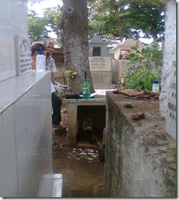 Cemitério Nossa Senhora Mãe do Povo - sepulturas e poço de coleta ao fundo.