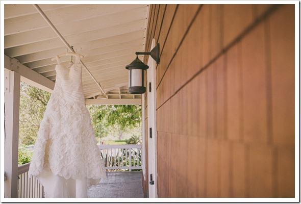 strawberry-farms-wedding-photos-blogger-boquet-white-bride-groom-dress-lace