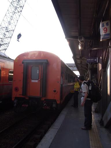 さて、今日は高雄を出て電車の旅。