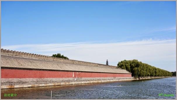 蓝天、护城河、红墙与绿色的树